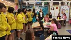 한국 외교부 산하 남북하나재단 등이 마련한 미국 방문 프로그램에 참가한 탈북 학생들(노란 옷)이 재외동포 교장선생님이 운영하는 LA의 한 중학교를 방문했다.