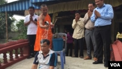 Kompong Cham Commune Chief Seang Chet received blessings from a Buddhist monk, Thursday, December 8, 2016, after serving seven months in prison. (Photo: Hul Reaksmey/VOA Khmer).​