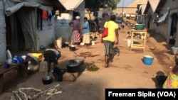 Vue sur un site de déplacés de Bangui, Centrafrique, le 8 novembre 2016. (Freeman Sipila/VOA)