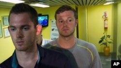 Гуннар Бенц и Джек Конгер покидают полицейский участок в международном аэропорту Рио. 18 августа. 2016.
