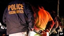Агенты ICE задержали нелегального иммигранта во время рейда в Ричмонде, штат Вирджиния, 22 октября 2018 года