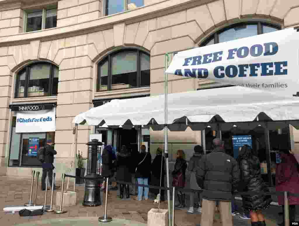 在华盛顿,因政府关门而无薪上班的联邦员工排队等待领取名厨何塞·安德烈斯提供的免费食物和咖啡。(2019年1月23日)
