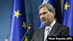 Avrupa Komisyonu'nun Genişlemeden Sorumlu Komisyon Başkanı Johannes Hahn. Hahn, OHAL altında adil seçim yapılamayacağını savundu