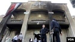 Polisi Suriah berjaga-jaga di kota Dara'a, Selasa (22/3).