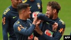 Le milieu brésilien Philippe Coutinho et l'attaquant brésilien Neymar lors d'une séance d'entraînement au stade Anfield de Liverpool, le 2 juin 2018.