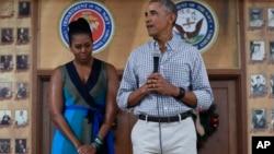 Le président Barack Obama, avec la Première dame Michelle Obama, lors d'un discours pour remercier les membres de la Marine Corps à la base Hawaï, à Kaneohe Bay, le 25 décembre 2016.
