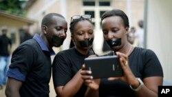 Des journalistes, bouches bâillonnées, manifestent lors de la journée internationale de la liberté de la presse, à Bujumbura, Burundi, 3 mai 2015. (AP Photo/Jerome Delay)