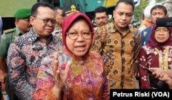 Wali Kota Surabaya Tri Rismaharini di Terminal Intermoda Joyoboyo, saat meresmikan dimulainya pembangunan Jembatan Joyoboyo sebagai akses baru menuju terminal (Foto: VOA/ Petrus Riski)