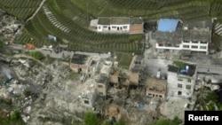 El sismo, que dejó en ruinas innumerables viviendas, se registró en la provincia de Sichuan a unos 13 kilómetros de profundidad.