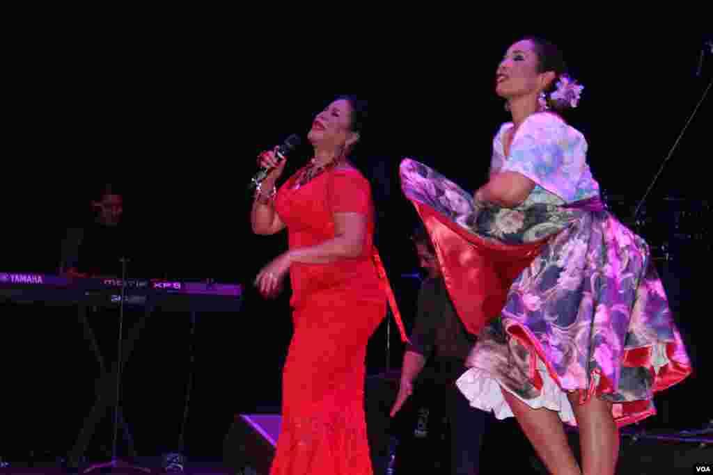 A ritmo de landó la cantante cautivó al público que llegó hasta el Teatro Howard.