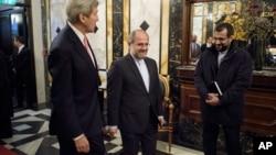29일 오스트리아 빈에서 존 케리 미 국무장관(왼쪽)이 자바드 자리프 이란 외무장관과 함께 시라아 사태를 논의하기 위해 회담장으로 향하고 있다.
