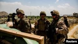 美国海军陆战队和德国军人在撤离期间监视阿富汗喀布尔机场一个大门的动向。(2021年8月28日)