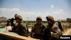 美國海軍陸戰隊和德國軍人在撤離期間監視阿富汗喀布爾機場一個大門的動向。