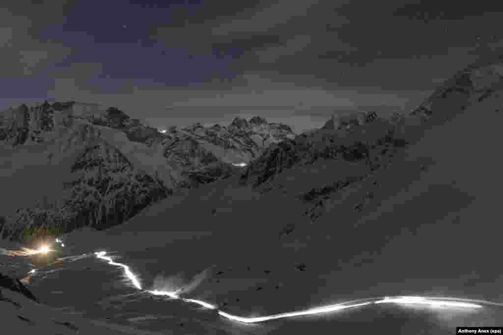 Para pendaki berlomba melewati Celah 'Col De Riedmatten' dan Celah 'Col De Tsena Refien' dalam lomba pendakian di Arolla, Swiss.