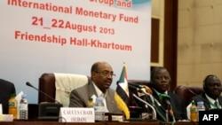 L'ex président soudanais, le général Omar el-Bechir lors des réunions du bloc africain des ministres des finances et des gouverneurs des banques centrales à Khartoum, le 21 août 2013.