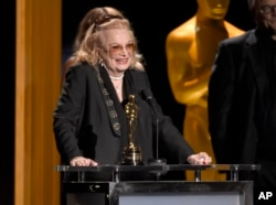 Gena Rowlands accepts an honorary Oscar at the Governors Awards at the Dolby Ballroom in Los Angeles, Nov. 14, 2015.