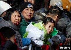 在纽约华埠观看农历新年游行的人群。(2013年2月17日)