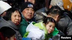 在纽约中国城观看春节游行的华人(2013年2月17日)