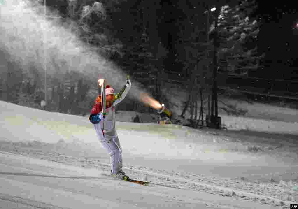 Ngọn đuốc thế vận hội mùa đông Sochi 2014 được rước qua một khu trượt tuyết gần thành phố Krasnoya ở vùng Siberia của Nga.