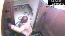 این تصویر که با استفاده از دوربین مداربسته گرفته شده، شاهزاده سعودی در لباس سفید را در حال حمله به خدمتکار مرد خود، بندر عبدالعزیز نشان می دهد
