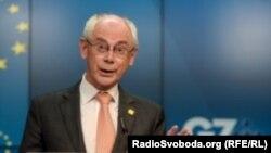 Chủ tịch Hội đồng châu Âu Herman Van Rompuy nói các biện pháp trừng phạt sẽ có hiệu lực trong vài ngày tới, nhưng có thể được xét lại tùy thuộc vào tình hình ở Ukraine