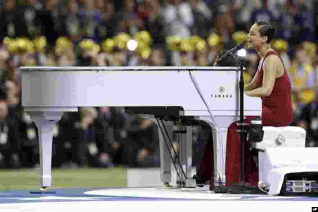 Penyanyi Alicia Keys membawakan lagu kebangsaan sebelum final kompetisi sepakbola Amerika NFL Super Bowl XLVII antara San Francisco 49ers dan Baltimore Ravens, Minggu (3/2) di New Orleans. (AP/Patrick Semansky)