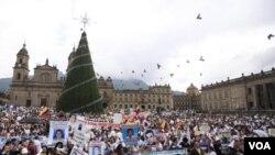 Miles de colombianos salieron a las calles para clamar el fin de los secuestros en el país.