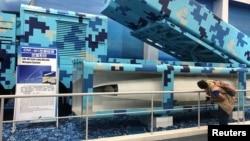 一名参观者在广东珠海航空展上观看新型地对舰CM-401导弹系统。(2018年11月8日
