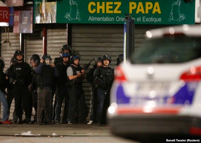 Cảnh sát Pháp phong tỏa khu vực gần một căn chung cư ở Saint-Denis ở ngoại ô Paris, ngày 18/11/2015.