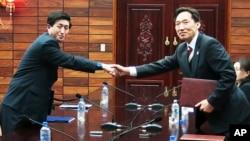 Ketua delegasi Korea Selatan Lee Duk-haeng (kanan) berjabat tangan dengan ketua delegasi Korea Utara Park Yong Il setelah penandatanganan perjanjian terkait reuni keluarga Korea di Tongilgak, wilayah perbatasan Panmunjom, Korea Selatan (Foto: dok).