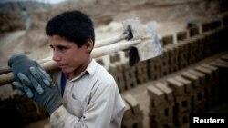 افغان حکومت وایي چې په اوس وخت کې یو اعشاریه دوه میلونه ماشومان په افغانستان کې په شاقه کارونو بوخت دي.