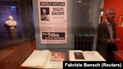 """Bản sao cuốn sách của Adolf Hitler """"Mein Kampf"""" (Cuộc đấu tranh của tôi) tại Viện Bảo tàng lịch sử Đức ở Berlin, ngày 13/10/2010."""