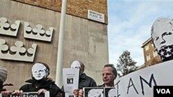 Partidarios de Assange manifestan frente a la embajada de Suecia en Londres.