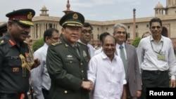 中国国防部长梁光烈和印度国防部长安东尼在新德里会晤后握手(2012年9月4日)