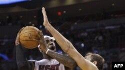 В атаке ЛеБрон Джеймс. Матч ЦСКА-Miami Heat. Майами . 12 октября 2010 года
