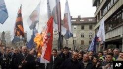 Poslanici u Skupštini Srbije danas su osudili čin lidera SRS Vojislava Šešelja koji je juče zapalio zastavu Hrvatske.