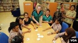 Suasana belajar bahasa asing di Rumah Bahasa, Surabaya. (VOA/Petrus Riski)