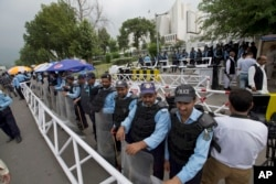 Pakistani security officers stand guard outside the Supreme Court building and Parliament In Islamabad, Pakistan, July 28, 2017. Pakistan's Supreme Court disqualified Prime Minister Nawaz Sharif from holding office.