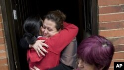 Relatives of slain hostage Elkin Hernandez embrace at his family home in Bogota, Colombia, November 26, 2011.