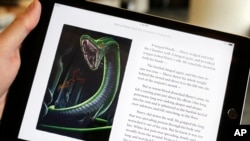 "Teks dan ilustrasi dari buku seri ""Harry Potter and the Chamber of Secrets"" tampak di layar iPad dalam pameran di New York."