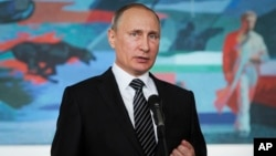 Cử chỉ của Tổng thống Nga Vladimir Putin trong khi phát biểu tại một cuộc họp báo sau hội nghị thượng đỉnh CIS ( Cộng đồng các quốc gia độc lập , nước cộng hòa thuộc Liên Xô ) ở thủ đô Bishkek, Kyrgyzstan, ngày 17 tháng 09 năm 2016.