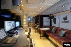 Suasana di dalam bis. Berbagai peralatan layaknya sebuah studio musik profesional melengkapi John Lennon Educational Tour Bus.