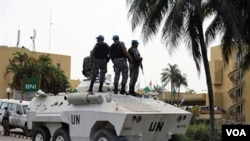 Pasukan dan tank PBB melakukan pengamanan di Hotel Golf, Abidjan di mana Presiden terpilih Alassane Ouattara tinggal.