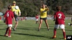 Popularitas olahraga sepak bola terus meningkat di kalangan anak-anak AS, baik laki-laki dan perempuan (foto: ilustrasi).