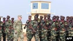 Général Donald Bolduc (4e D) ya Etats-Unis na milulu mya bobandi ya misala ya base militaire na 70 km ya Dakar, le 8 Fevrier, 2016 (Photo yaSEYLLOU / AFP)