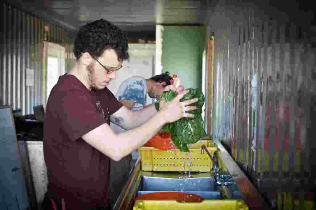 EcoCity promueve la idea de conectar a los miembros de la clase trabajadora de la comunidad que tienen poco acceso a alimentos frescos.