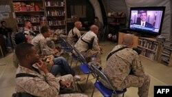 Американские морские пехотинцы в афганской провинции Гельменд смотрят телеобращение президента Обамы.