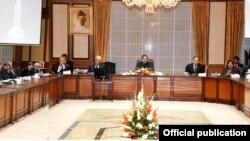 پاکستانی وزیر اعظم شاہد خاقان عباسی وفاقی کابینہ کے اجلاس کی صدارت کر رہے ہیں۔ فائل فوٹو
