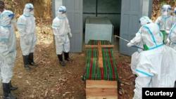 ကိုဗစ္ေရာဂါျဖင့္ေသဆံုးသြားေသာ ခ်င္းအမ်ိဴးသမီးတဦးအား မီးသျဂိဳလ္စဥ္ (ဓာတ္ပံု- Chin World)