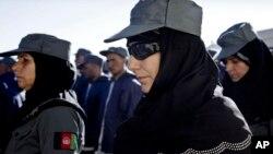 2012年12月20日阿富汗女警察参加毕业典礼在喀布尔